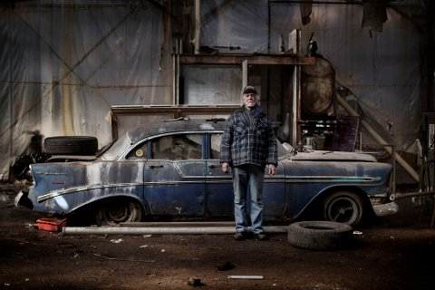 Alan Hill bor i en av de største industriruinene i Detroit, den tidligere Packard Plant. Fabrikken (325.000 kvadratmeter) var blant de meste  moderne da den åpnet i 1903. Stengt i 1958 og helt oppgitt og forlatt fra begynnelsen av 90-årene. Allan Hill ser på seg selv som en slag vaktmester, og har laget sitt eget soverom blant bilvrak og søppel. The factory produced cars from 1903 until it closed in 1958.