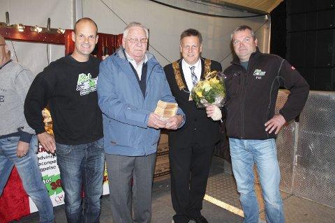 Lars Aslaksrud, Noralf Olsen, Ordførenen René Rafshol og Pål Hangaard etter utrekkelse av prisen.