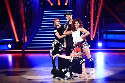 MED DANSERE: Petter Katastrofe hadde med seg to ekstra dansere i tillegg til partneren Marianne under lørdagens opptreden i Skal vi danse