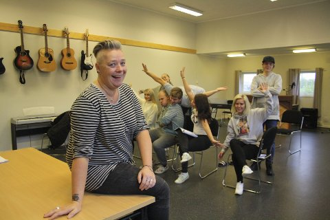 Underviser: Tre dager i uka hver høst er Desirée på plass på Haugetun Folkehøyskole for å undervise i teater og sang. Det synes hun er givende arbeid.