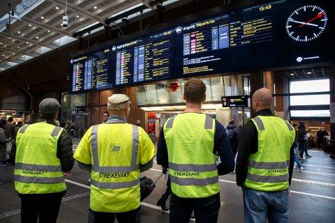 Lokførere i NSB står streikevakt på Oslo S mandag. Det er streik blant medlemmer i Norsk Lokomotivmannsforbund noe som i hovedsak medfører at mange lokaltog på Østlandet er innstilt.  Foto: Heiko Junge / NTB scanpix