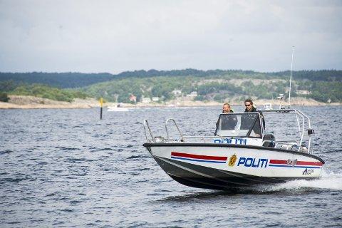 På kontroll: Politibåten på Hvaler, her med Ivar Prestbakken og Kristian Fjeldstad, driver kontroll av hummerfisket i høst.                                                                                                                                                                                                                                                                                                                           Arkivfoto: Erik Hagen
