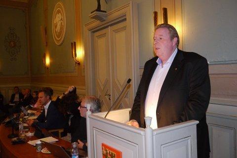 Direktør Atle Holten under bystyremøtet hvor politikerne behandlet Skatt Østs varsel om å betale 17,5 millioner pluss renter. Nå har de fått noen millioner tilbake.
