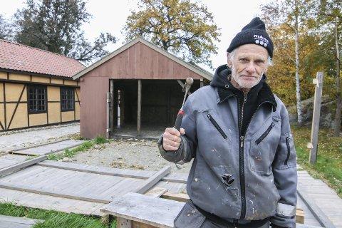 Fire bygg ned:. Nå skal landsbyens fire Anno-bygg ned. Per Olsen er en av dem som gjør dugnadsjobben.                                                  Foto: THOMAS ARNTSEN