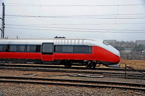 Tidsplanen kan sprekke: Jernbaneverket trenger mer penger for å få bygd dobbeltspor til Seut innen 2024 og til Sarpsborg i 2026. Utsettelsen kan også gi negative ringvirkninger for veiutbyggingen i Fredrikstad.