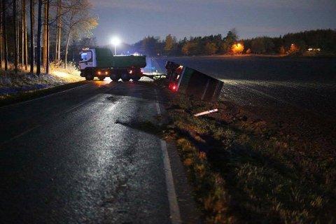 Hengeren til den ene lastebilen ligger i grøften etter ulykken.