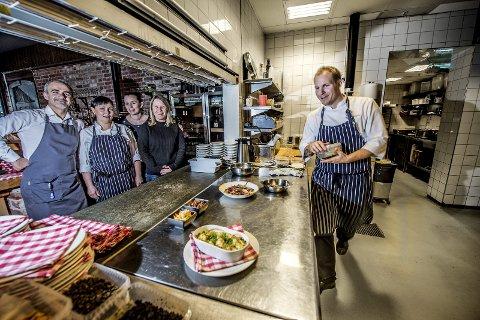 Teamarbeid: Nuri Demir,Jurgita Barisiene, Ingeborg Nygaard, Cathrine Forsberg og Tobias Gustafsson har en travel julebordsesong foran seg. – Men det går ikke på bekostning av maten, sier kokken.