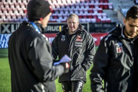 Should i stay or should i go: Mons Ivar Mjelde leder fredag treningen som vanlig på Fredrikstad Stadion. Søndag avslutter han sesongen på bortebane på Jæren. Blir dette hans siste tur med gjengen? Foto: Geir A. Carlsson