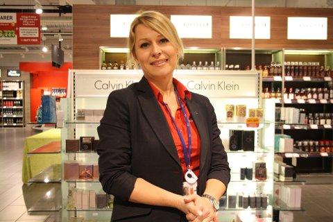 Siste vakt: Jeanette Heidenstrøm meldte seg frivillig til å jobbe denne lørdagskvelden, fordi det er absolutt siste kveld på Rygge før flyplassen stenges.
