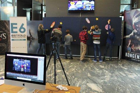 Elever og drop-in barn samarbeidet om å lage vegganimasjon, som vil komme på Vimeo når animasjonen er ferdig.              FOTO: MATHILDE HALSTENSEN