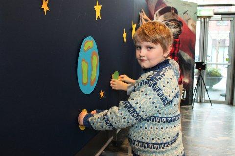 Bjørn Oskar Rød (10) viser hvordan man lager vegganimasjon.