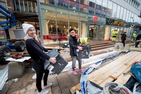 HM Hennes &  Mauritz åpner i sentrum. Visual Merchandiser Emilie Thøgersen (t.v) og butikksjef Helen Thor gjorde unna de siste forberedelsene onsdag.