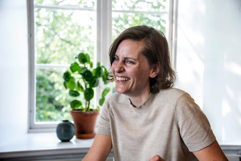 Monica Isakstuen er strålende fornøyd med å være nominert til Brageprisen. Onsdag 23. november kunngjøres vinneren.