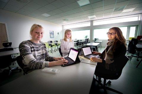 Først ut: Julie Christensen, Thea Andresen, Ina Kristiansen og de andre på Borge ungdomsskole er de første i kommunen med hver sin digitale enhet. Neste år er det planer om at alle 8. klassinger skal få.