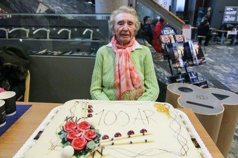 Egen kake: Selvsagt måtte det bli 100-årskake på Margareth Elisabeth Strand.
