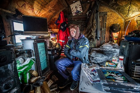 Her bor han: Ingar Aasen bor i en gammel militærvogn på Øra. – Det er mer enn nok, sa han da FB intervjuet ham om skattekravet i novemer i 2016.