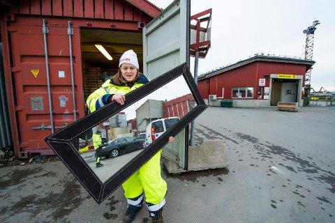 SORTERER: Stine Therese Martinsen tar imot det som for noen er søppel, men som andre kan få bruk for.