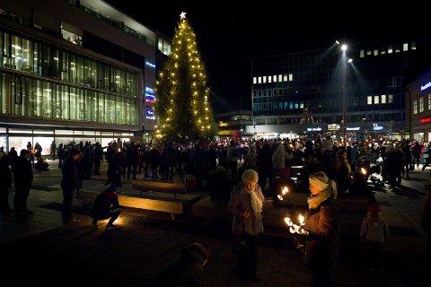 Tente julegranen: Tenningen av julegranen er et kjærkomment lyspunkt for mange i novembermørket. Mange hadde funnet veien til sentrum i anledning åpning av julegatene.