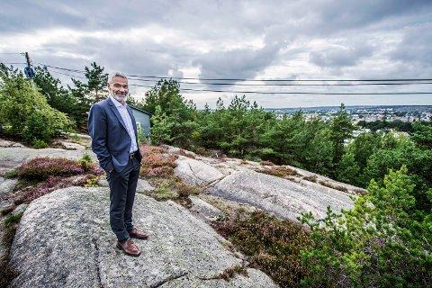 Navnestrid: Regiondirektør Steinar Frølandshagen og OBOS er sentrale aktører. Her viser Frølandshagen frem den praktfulle utsikten fra åsen, som det strides om skal hete Begbyåsen eller Haugstenåsen.