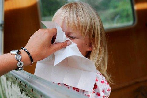 Smittefare: Å hoste og nyse inn i et papirlommetørkle eller i albuene er det beste tipset når man er forkjølet, for å unngå smitte.