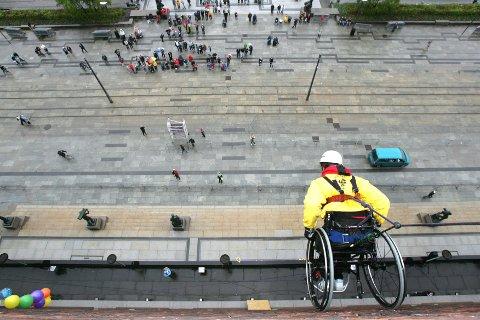 Lei hindringer: Sigrun Bjerke Fosse lot seg ikke stanse da hun rapellerte ned veggen på Oslo Rådhus med rullestol i forbindelse med åpningen av Juniorlekene for funksjonshemmede barn og unge i 2005.