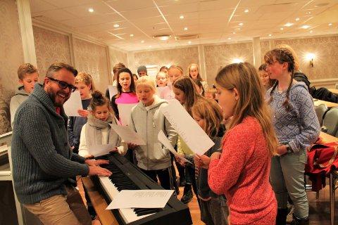 Alexander Hermansen lærer ungane sangen «Kong Fredriks masj»