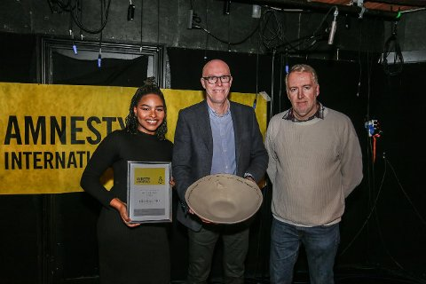 Datteren til Jeanette og Håkon Olsen, Therese Neema Olsen og styremedlem i Global Aid, Terje Linkas, tok imot prisen på vegne av ekteparet.