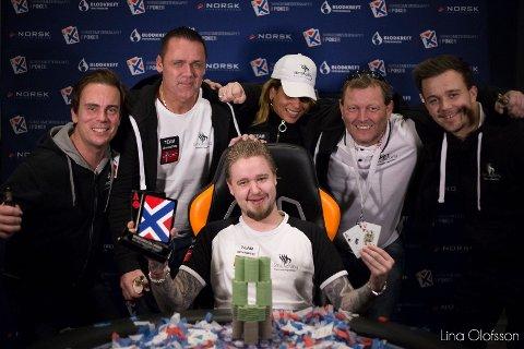 VINNER: Ruben Stensrød (i midten) fra Råde vant denne uken over 300.000 kroner i poker. Per Tomas Fjell (t.h.) fra Fredrikstad deltok også. Han havnet på tredje plass.