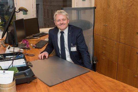 Innviet nytt kontor: Bjørnar Laabak hadde første arbeidsdag som statssekretær onsdag. (Foto: Kommunal- og moderniseringsdepartementet).