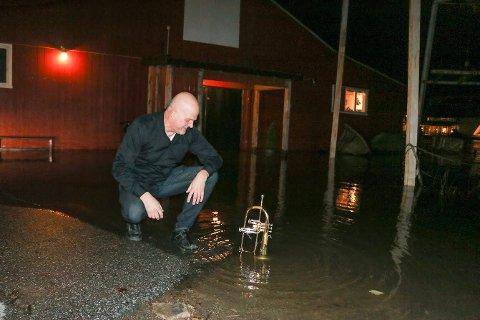 Espen Christoffersen kunne la flygelhornet «bade» utenfor hovedinngangen på Båthuset Scene. Vannet sto skikkelig høyt mandag kveld, så høyt at det ikke ble konsert.