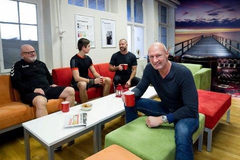 Sosial sone: En av de viktigste treningsstasjonene på Family er ved kaffemaskinen. Her er det gratis kaffe og sosialt samvær før og etter trening. F.v. Erik Otto Lund (63), Marcus Kristoffersen (18) og Per Kristoffersen (51). Foran: daglig leder Atle Martinsen (53).