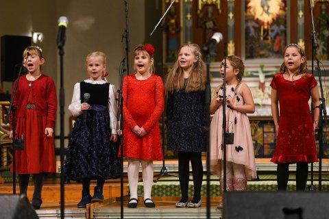 Det er nye håpefulle unger med sangglede både i barnekoret og juniorkoret, skriver Kari Elise Jørgensen etter Båthuskorenes julekonsert i domkirken.