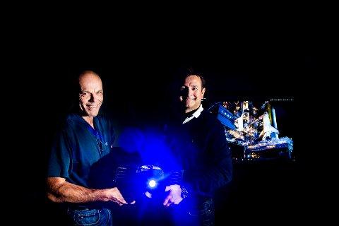 LANSERT I USA: Jørn Eriksen (til venstre) og Kjell Einar Olsen samt kolleger fra Norxe var i forrige uke i USA for å lansere sin nye projektor.