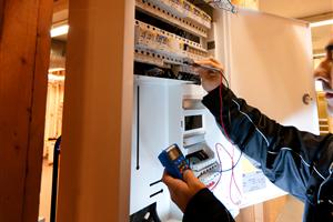 Her foretar en elektriker måling av spenning med voltmeter. (Illustrasjonsbilde tatt av fotograf for JS/Norge)