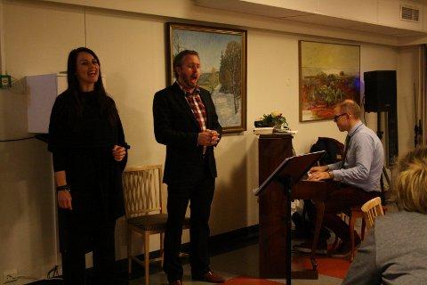 Cathrine Iversen, Aleksander Hermansen og Dagfinn Klausen spilte opp til fest på Solliheimen sykehjem.