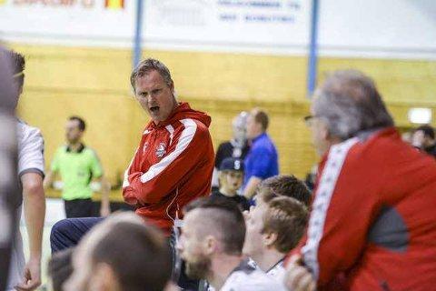 FIBK-trener Erik Hæren var ikke fornøyd med det hans disipler viste mot Slevik. Kampen endte til slutt hele 1-21 favør Slevik. BEGGE FOTO: Kent Inge Olsen