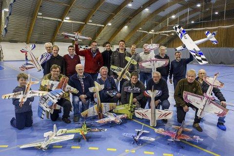 Godt humør: Fredrikstad modellflyklubb er en munter gjeng. De er cirka 60 stykk som holder til på Gansrød i utesesongen og i Kongstenhallen om vinteren.alle foto: mats duan