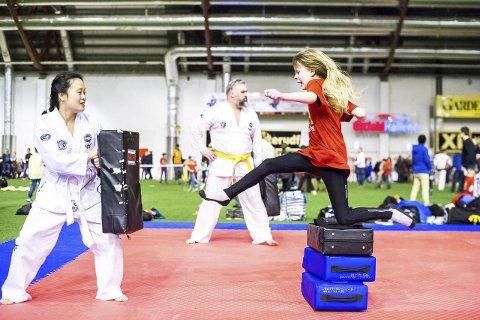 Spretten: Amalie Emilie Enge Lunder (8) synes det var gøy å teste taekwondo.