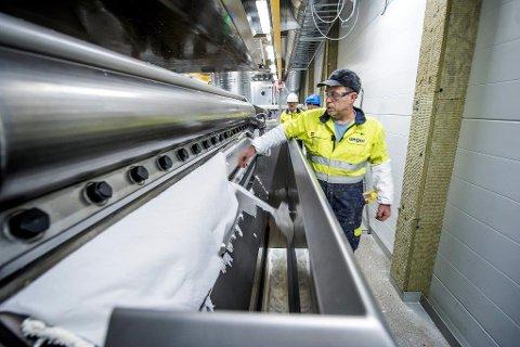 15.000 TONN: Ferki Tmava sjekker at alt går bra med produksjonen av ingredienser til wc-blokker. Etter den siste utvidelsen, kan Unger nå produsere 15.000 tonn i året av dette stoffet. Foto: Geir A. Carlsson