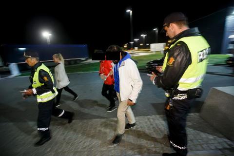 SEPTEMBER 2015: Flyktninger blir tatt hånd om av Østfold-politiet før de blir videretransportert til Politiets utlendingsenhet i Oslo. (Foto: Heiko Junge / NTB scanpix)