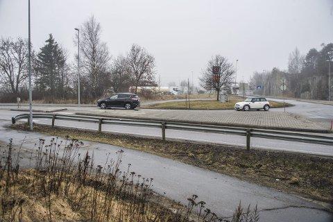 GANGFELT: I dag må myke trafikanter over gangfeltet for å krysse RV 110 her. Nå planlegges undergang. Foto: Geir A. Carlsson