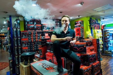 Johannes Hjalmarsson er daglig leder på TV-boden, selger masse e-sigaretter