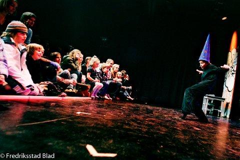 FBUT (Fredrikstad Barne- og Ungdomsteater) feirer 20 år. Med en bejublet kavalkade over alle forestillingene så langt, ble jubileumsfesten åpnet på St.Croix åpnet. Foto: Trond Sørås, 25.03.2006
