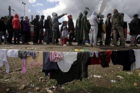 Fra en provisorisk leir på grensen mellom Helles og Makedonia. Det er ett av stedene der mennesker på flukt gir grunn for uro.