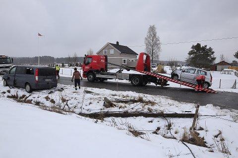 Strømkablene ble revet ned langs veien som en følge av ulykken.