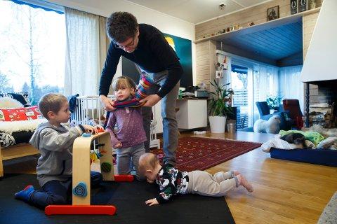 Far er hjemme med barna, et eksempel på kjønnsnøytralitet og likestilling slik Njøl Kjølholdt Gustavsen argumenterer for at feminisme skal forstås.