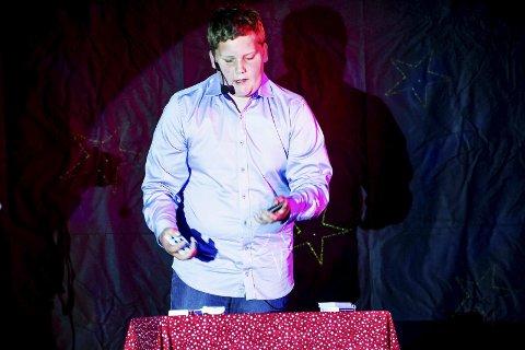 Imponerte med trylling: Marius Ekhaug (14) tryllet seg til en annenplass i Talentiaden på Gudeberg skole, men han var klokkeklar på at han ikke ville avsløre hvordan han gjorde triksene. Alle foto: Johnny Leo Johansen