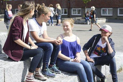 Pengene et pluss: De fire ungdommene legger ikke skjul på at det var fint å få penger i konfirmasjonsgave. Fra venstre: Mina Michelle Lørdahl, Linnea Lassesen, Nora Solhøi Tvete og Lars-Henrik Brenne Nordlund. Foto: Hege Mølnvik