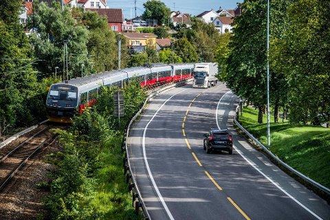Jørn Pedersen avlyser byggingen av dobbeltspor gjennom Fredrikstad, og mener toget vil stanse ganske perfekt på Rolvsøy.