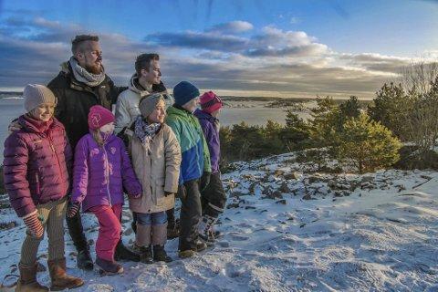 NY OPTIMISME: Sander Thoresen (til venstre) og Morgan Lillehjem fikk ung drahjelp da de laget video til «When tomorrow comes» på Kjøkøy i vinter.Foto: TOMMY RØED